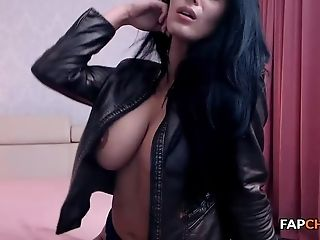 Beauty Blackhaired Harlot Taunt And Masturbate