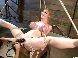 Desperate Wifey Is Penalizing Ass Hole And Vag Of Hubby's Paramour Dee Williams