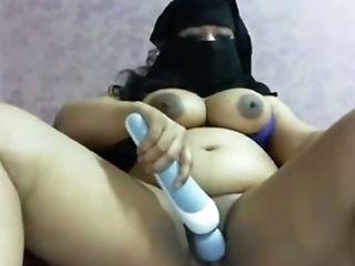 Fat Arab Gal Fingerfucks Her Cunny On Web Cam