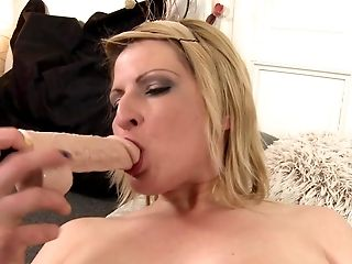 Unexperienced Chubby Mom Feeding Her Cunt