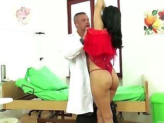 Sizzling Hotty Kira Queen Entices Youthful Medic And Has A Quickie